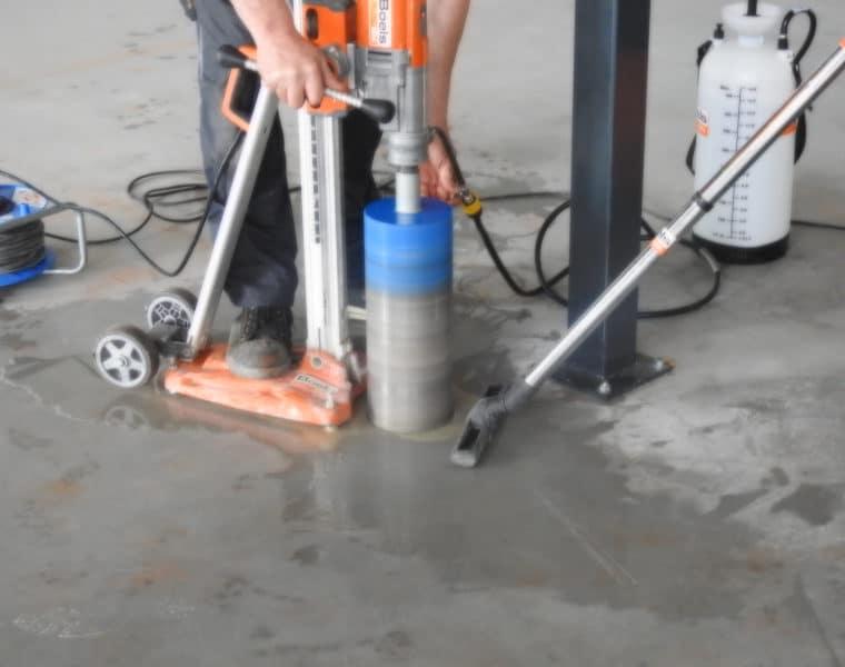 Betonboren van afvoerputten voor cleaning unit en toiletten